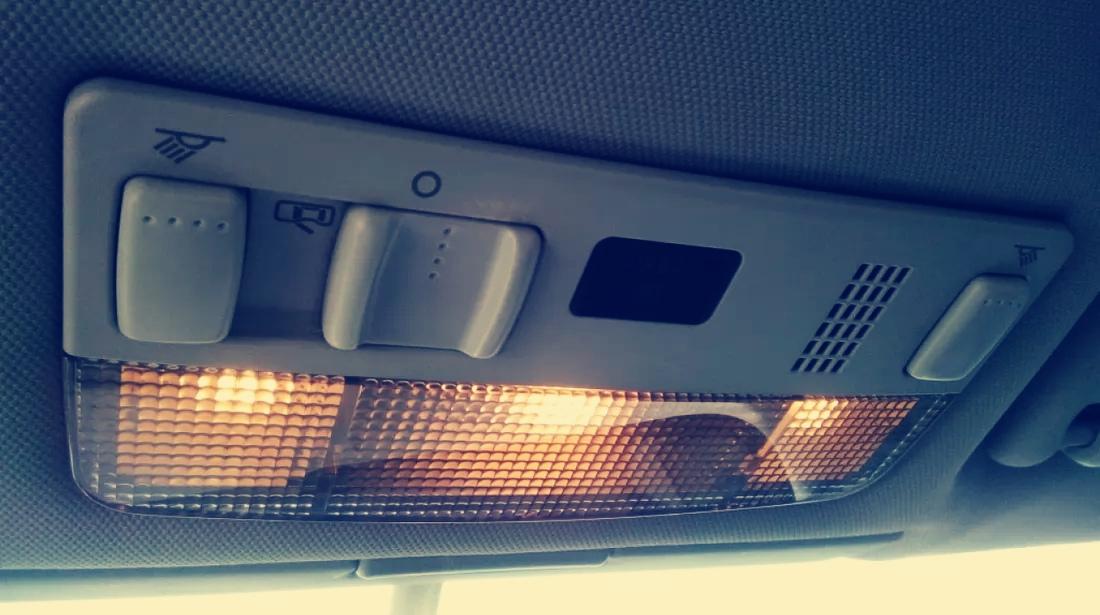 Este ilegal să conduci cu luminile interioare aprinse?